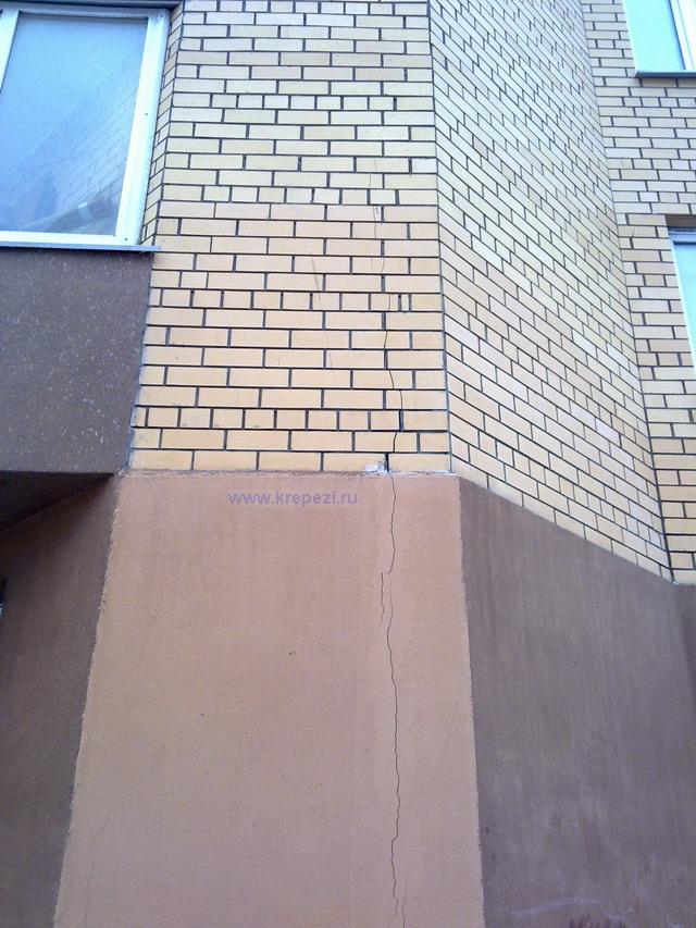 Трещина на внешней облицовки фасада здания