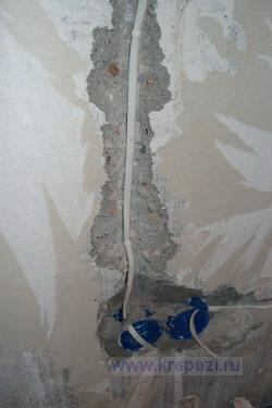 Дюбель хомут для прихватки кабеля в штробе